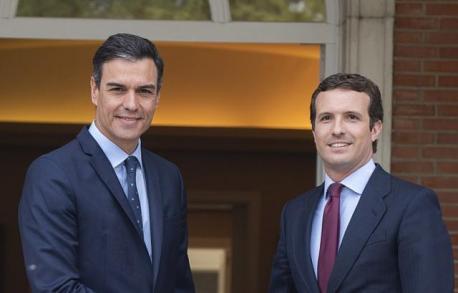 Pedro Sánchez dando la mano a Pablo Casado