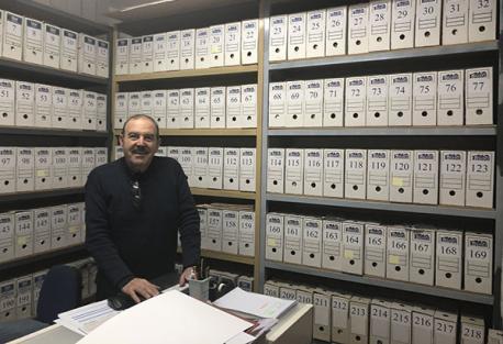 Valentín González, presidente de Vicus Albus, junto a la base de datos de la asociación.