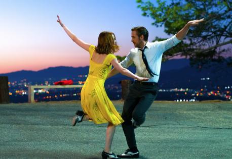 Protagonistas de la película bailando