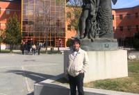 Aníbal frente a la estatua de Miguel de Cervantes en el patio interior del campus de Vicálvaro de la Universidad Rey Juan Carlos