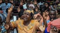 Fieles rezando en Tanzania