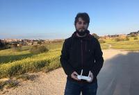Eduardo Méndez, técnico en telecomunicaciones, posa con el mando de su dron