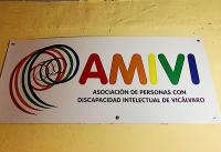 Cartel con el nombre de la asociación, AMIVI, colocado en la pared de la entrada de su local donde desarrollan sus actividades diarias