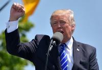 Donald Trump, presidente de Estados Unidos, realizando un mitin. Hombre blanco con el puño en alto.