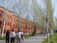 Los vastos campos de la universidad.